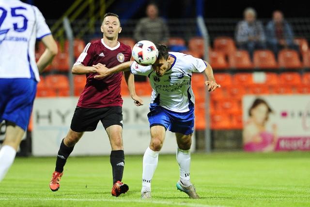 Po tym uderzeniu głową Ukraińca Dmytro Fedoty (z prawej) padł gol dla zespołu z Kluczborka.