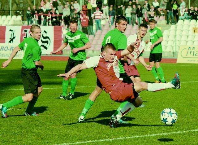 Piłkarze ŁKS 1926 Łomża (biało-czerwone stroje) nie mieli szans w starciu z Dębem Dąbrowa Białostocka