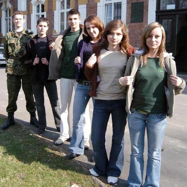 """W tym roku """"mundurki"""" wprowadził Zespół Szkół Agroprzedsiębiorczości z Miłocina. Uczniowie noszą różne kolory w zależności od profilu."""