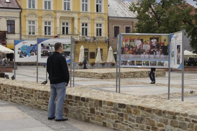 Wystawa już stoi na kieleckim Rynku od 10 sierpnia b.r. i będzie tam do 30 sierpnia b.r.