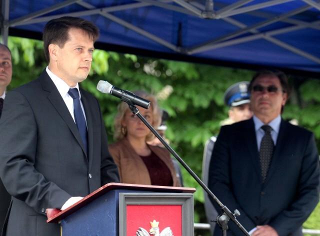 Wojciech Bernat, dyrektor Zespołu Szkół Samochodowych w Radomiu, otrzymał poparcie rodziców i uczniów, po kontrowersyjnym konkursie.