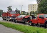 Wypadek na buspasie w Sosnowcu. Tesla zderzyła się z ciężarówką. Kierowca trafił do szpitala
