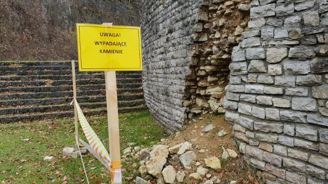 Amfiteatr się rozpada. Starostwo ustawiło tabliczki ostrzegawcze i zagrodziło część terenu czerwono-białą taśmą.