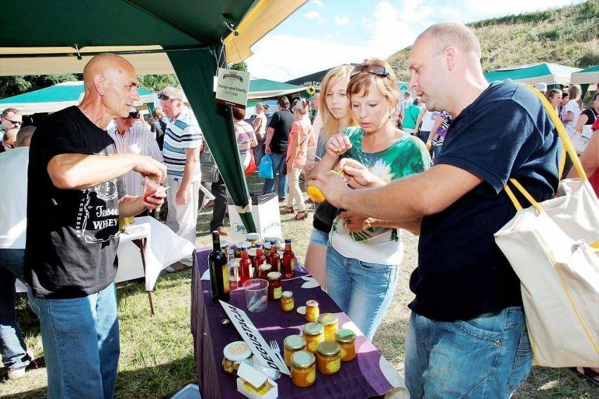 W sierpniu w Grucznie Józef Siadak (po lewej) wystawił na sprzedaż kilka słoików swojego chrzanu z miodem. Dziś ma już tylu klientów, że zdecydował się otworzyć przetwórstwo.