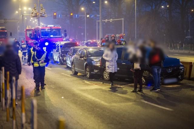 Siedem rozbitych samochodów i zablokowany wiadukt w Lesznie - to bilans karambolu, do którego doszło w niedzielę około godz. 16.30 na wiadukcie Grota Roweckiego. Na stojącą na lewym pasie zepsutą corsę kolejno wpadło sześć innych aut.Przejdź do kolejnego zdjęcia --->