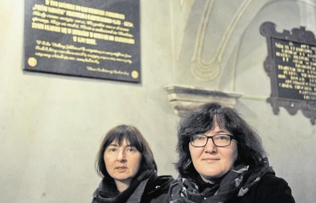 """Na pamiątkę pierwszego wykonania kolędy""""Bóg się rodzi..."""" w starym kościele farnym zawisła tablica, upamiętniająca to wydarzenie z historii miasta. Pod nią dr Małgorzata Kamecka (z lewej) i dr Iwona Kulesza-Woroniecka"""