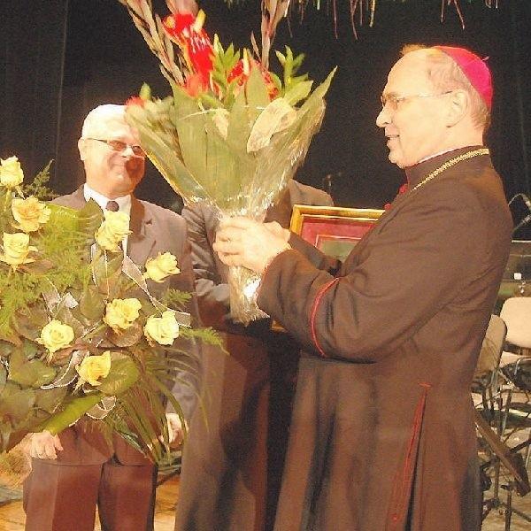 JE ks.bp Wiesław Mering, Honorowy Obywatel  Ciechocinka, odbiera życzenia od władz miasta:  burmistrza Leszka Dzierżewicza i Jerzego  Sobierajskiego, przewodniczącegoMiasta.