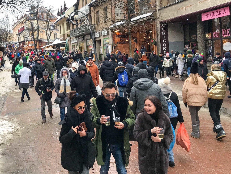 Sylwester w Zakopanem. Miasto pęka już w szwach. Tłumy ludzi, korki, znów brakuje wody    Gazeta Krakowska