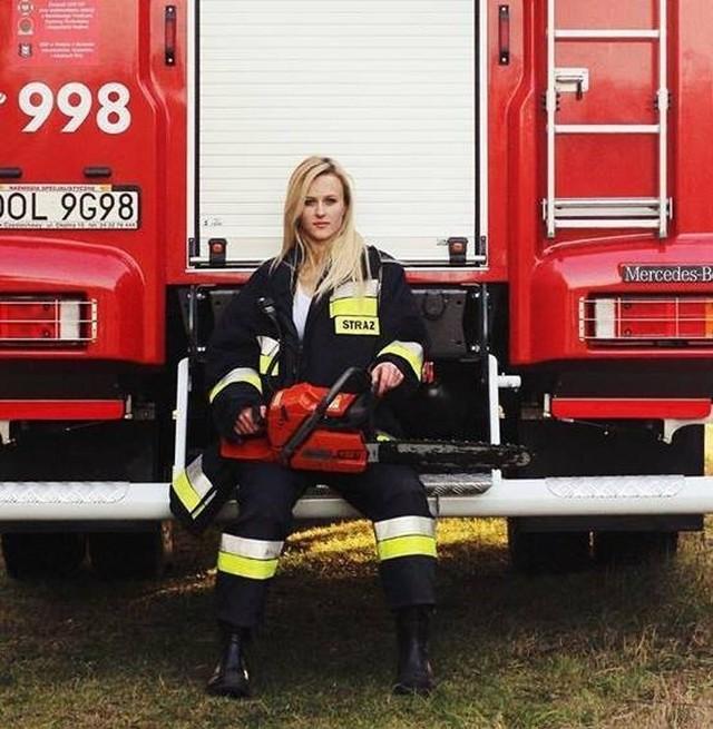 Najpiękniejsza druhna w Polsce. 18-letnia Paulina Jarząb z OSP Praszka wygrała dwa strażackie konkursy piękności. Zdobyła tytuł Miss Polskich Mundurowych oraz Miss OSP 2014, zorganizowanym przez portal Straż Pożarna Ponad Życie. Paulina Jarząb ma 18 lat, chodzi do klasy maturalnej w I Liceum Ogólnokształcącym w Praszce. Niedawno ukończyła kurs podstawowy na strażaka i może jeździć do akcji razem z innymi strażakami.