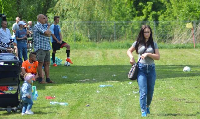 W klasie B2 Stalowa Wola Pilchów (pomarańczowe koszulki) uległ Kurzynie 0:3.
