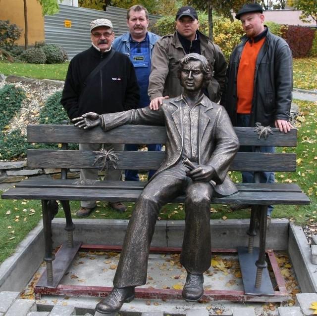 Opole: Montaz pomnika Marka Grechuty na wzgórzu uniwersyteckim.