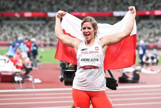 Piątek był wspaniałym dniem dla polskich sportowców w Tokio. Ale głównie lekkoatletów, w innych dyscyplinach idzie nam znacznie gorzej. W sportach walki i podnoszeniu ciężarów z hegemonów, staliśmy się chłopcami (i dziewczynami) do bicia. Całe szczęście, że Dawid Tomala zaskoczył jak Wojciech Fortuna w Sapporo i poszedł po złoto na 50 km, a piękna Maria Andrejczyk nie dała się rywalkom i kontuzjom, zdobywając srebrny medal w rzucie oszczepem. Zobaczcie nasze plusy i minusy piątkowych zmagań w Tokio.Zobacz kolejne zdjęcia. Przesuwaj zdjęcia w prawo - naciśnij strzałkę lub przycisk NASTĘPNE