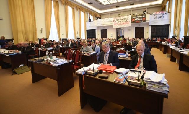 Po długiej i burzliwej debacie udało się radnym uchwalić budżet Łodzi na 2016 rok