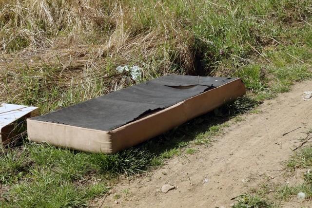 Władze gminy wolą dopłacić do wywozu azbestowych wyrobów, niż znajdować je na dzikich wysypiskach