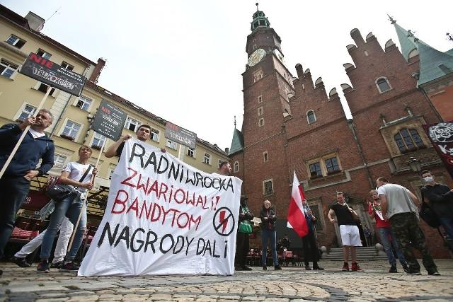 Protest przeciwko wręczeniu Nagrody Wrocławia Ogólnopolskiemu Strajkowi Kobiet.
