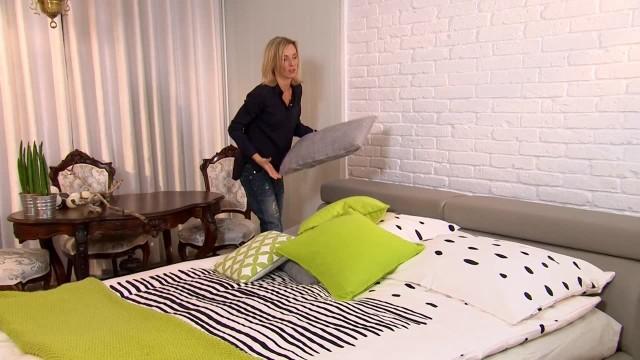 Dekorowanie sypialniJeśli nie dysponujemy dużym budżetem, to ciepły klimat w sypialni wprowadzić możemy stosując tkaniny oraz poduszki.