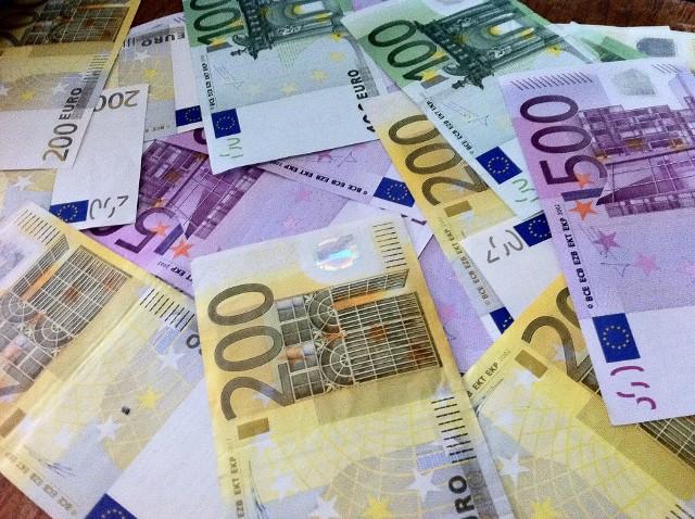 Zarobki w euroOsoby, które starają się o kredyt mieszkaniowy i zarabiają w obcej walucie, czeka więcej formalności niż Polaków pracujących w kraju.