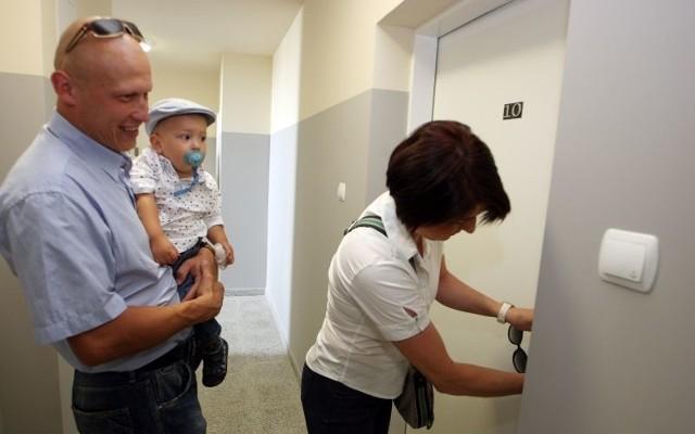 Ewelina i Bartłomiej Latosowie po klucze do nowego mieszkania przyszli ze swoim 14-miesięcznym synkiem Mieszkiem.