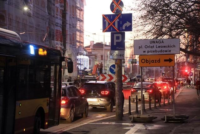 We Wrocławiu trwa obecnie kilkanaście inwestycji drogowych - to zarówno remonty i przebudowy dróg oraz ulic, jak i duże budowy linii tramwajowych na Nowy Dwór czy Popowice.Sprawdźcie gdzie obecnie trwają roboty, jakie są utrudnienia i - przede wszystkim - kiedy się skończą. Zobacz na kolejnych slajdach poszczególne inwestycje - posługuj się myszką, klawiszami strzałek na klawiaturze lub gestami.