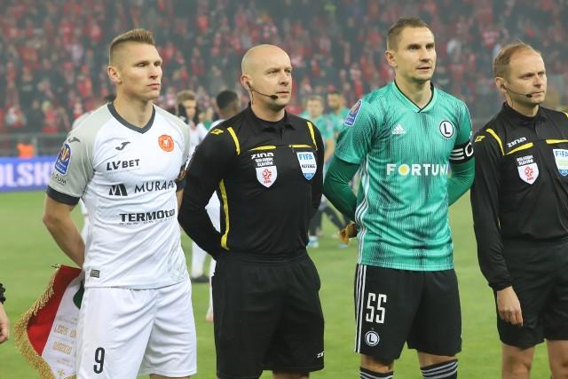 Na zielonej murawie przed meczem o Puchar Polski: Marcin Robak, Szymon Marciniak, Artur Jędrzejczyk