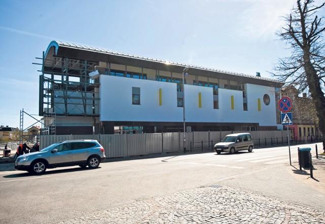 """To budynek """"Biedronki"""", która powstaje w Mielnie przy głównej ulicy Chrobrego. Trwają ostatnie prace przed jej otwarciem."""