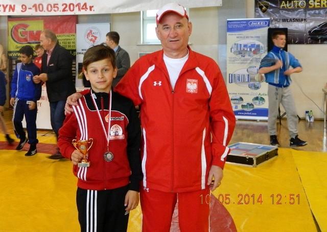 Szymon Wróbel z Wisły Świecie wywalczył w Krotoszynie brąz w wadze 35 kg. Na zdjęciu towarzyszy mu trener Grzegorz Sikorski.