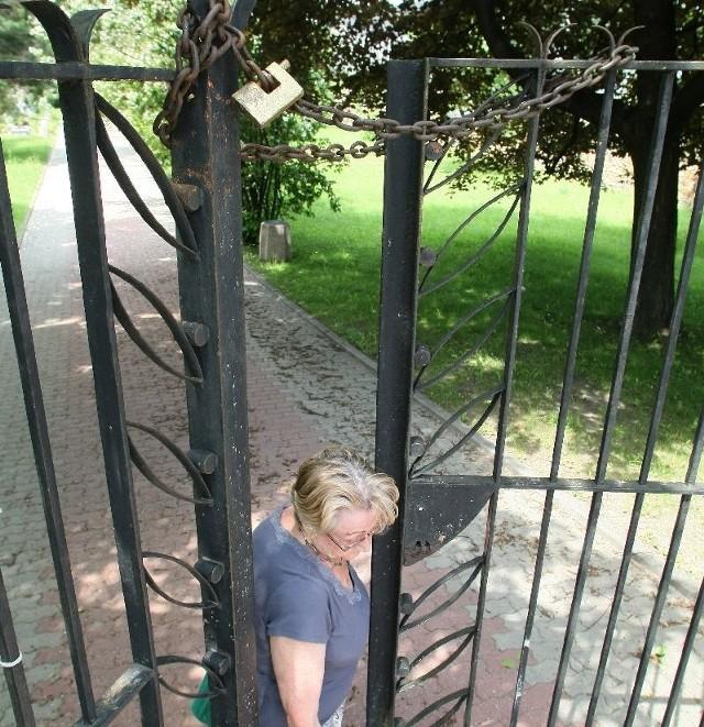 Osoby odwiedzające Cmentarz Partyzancki w Kielcach narzekają na to, że bramy nie da się szeroko otworzyć. Jest blokowana przez łańcuch. Niepełnosprawni nie mogą odwiedzić grobów.