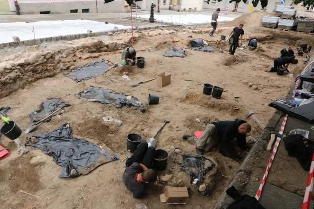Prace archeologiczne są prowadzone przed kościołem ewangelickim, ale wiadomo, że cmentarz był większy i otaczał cały budynek.