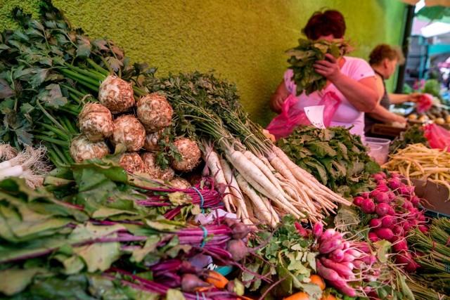 W ubiegłym roku warzywa były drogie przede wszystkim z powodu suszy. W tym roku - również z powodu suszy - ich zbiory były jeszcze mniejsze. Sprawdziliśmy ceny warzyw sprzedawanych w Podlaskim Centrum Rolno-Towarowym w Białymstoku (notowania z 31 października 2019 r. i 31 października 2018 r.). Zobaczmy, za które warzywa w tym roku płacimy mniej, a za które więcej. SPRAWDŹ NA KOLEJNYCH SLJDACH>>>