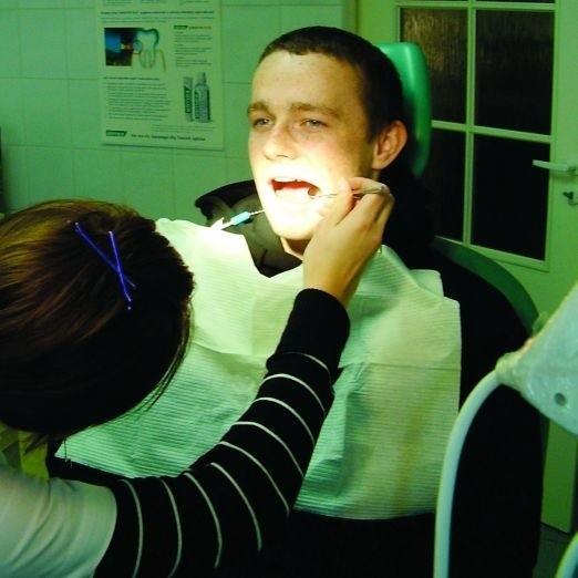 """Łukasz Wierzbowski nie ukończył 18 lat. Pacjenci w jego wieku są już traktowani przez dentystów jak dorośli, ale w przyszłym roku Łukasz może być zmuszony do leczenia w godzinach """"dla dzieci""""."""
