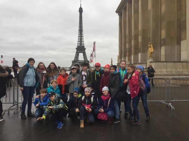 Reprezentacja Akademii Judo, pod opieką trenerki Barbary Jopek, na tle wieży Eiffla w Paryżu