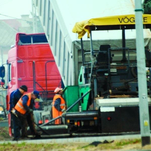 W poniedziałek w południe na modernizowanej Szosie Zambrowskiej wylano już pierwszą warstwę nowej nawierzchni