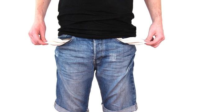 Blokada gospodarki, którą wywołał koronawirus, wpłynęła na portfele Polaków. Nasze nieopłacone rachunki i raty kredytów, mimo możliwości skorzystania z wakacji kredytowych, wzrosły w ciągu kwietnia i maja o ponad 1,2 mld zł do 81 mld zł, wynika z danych Rejestru Dłużników BIG InfoMonitor. Od marca do końca maja przybyło 30,5 tys. nowych dłużników, wzrost widoczny jest we wszystkich województwach. W naszym regionie przybyło w tym czasie około 3 tys. zadłużonych osób. Na koniec maja zaległości miało ponad 2 mln 864 tys. Polaków. Dolny Śląsk znalazł się w pierwszej trójce regionów, w których liczba dłużników na tysiąc mieszkańców, a także suma ich długów są najwyższe w kraju. O tym z czego najczęściej wynikają nasze długi, piszemy na kolejnej stronie.