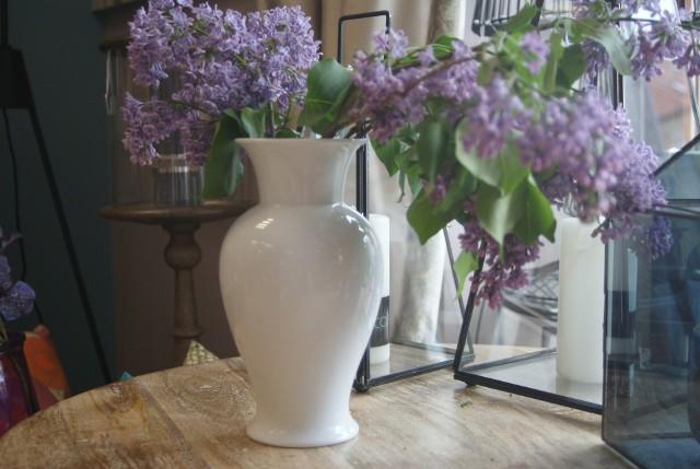 Prezenty na nowe mieszkanieBiały wazon o nienachalnej stylistyce to prezent uniwersalny. Tutaj: Lilak Home