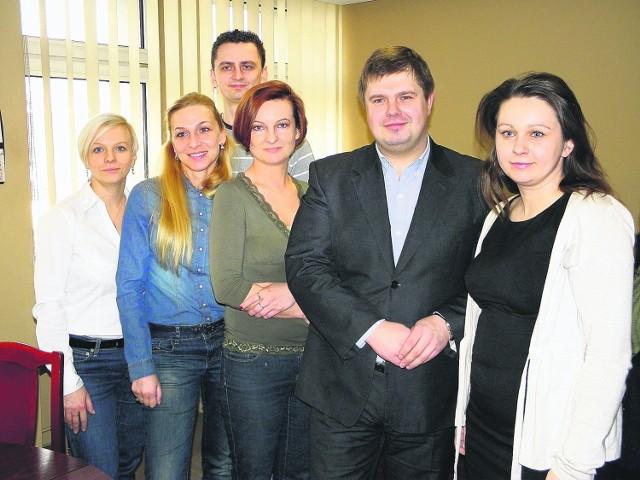 """Wiceprezydent Żor, Wojciech Kałuża, bez krawata w piątek. Na zdjęciu z pracownikami magistratu, którzy lubią """"luźne piątki"""""""