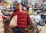 Koronawirus powoduje szturm klientów na sklepy w Katowicach i Sosnowcu. Wszystko wykupione. Krajobraz jak po bitwie