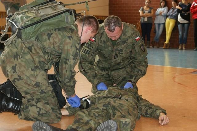 Instruktaż z udzielenia pierwszej pomocy przedmedycznej przedstawili żołnierze z 10. Opolskiej Brygady Logistycznej.
