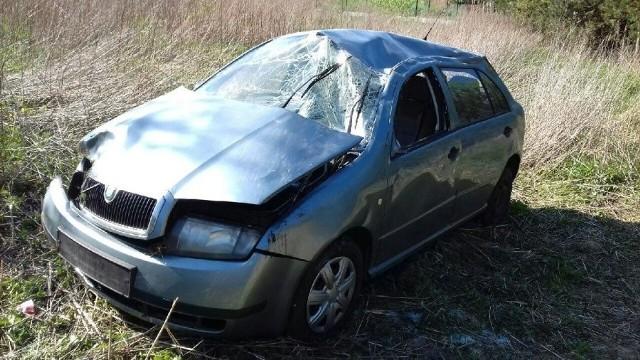 Do wypadku doszło w środę na rondzie przy ul. Mehoffera w Ropczycach.Ze wstępnych ustaleń wynika, że kierująca autem na rondzie straciła panowanie nad pojazdem, zjechała na pobocze, po czym skoda przekoziołkowała spadając ze skarpy. Pięć kobiet podróżujących samochodem zostało przewiezionych do szpitala. 49-letnia kierująca była trzeźwa. Policjanci wyjaśniają przyczyny tego zdarzenia.ZOBACZ TEŻ: W Wapowcach niedaleko Przemyśla 27-letni kierowca fiata stilo wypadł z drogiWYPADKI NA PODKARPACIU:Aktywne fotoradary na Podkarpaciu [LISTA]