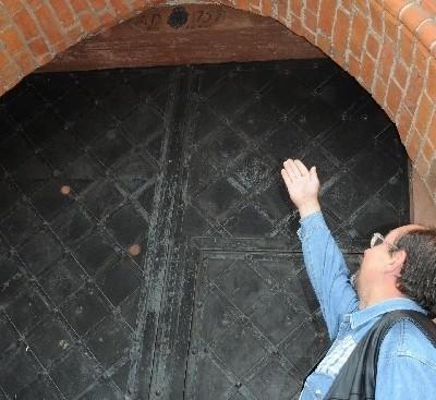 - Ta ościeżnica była zwrócona datą do wnętrza katedry - twierdzi Andrzej Wszeborowski, odnawiający łomżyńskie zabytki