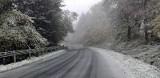 Uwaga kierowcy, w Bieszczadach nadal pada śnieg