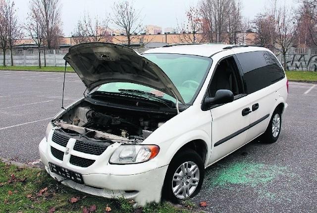 Przy ul. Wydawniczej stoi dodge caravan. Z pojazdu wymontowano akumulator i część okablowania.