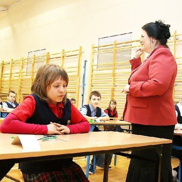 Dyrektor Maria Elżbieta Iwińska pokazuje, że  trzyma kciuki za zdających. Z lewej: Aneta  Kowalska.