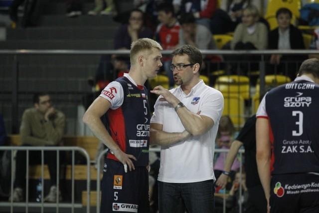 Rozgrywający Zaksy Paweł Zagumny (z lewej) i trener Sebastian Świderski.