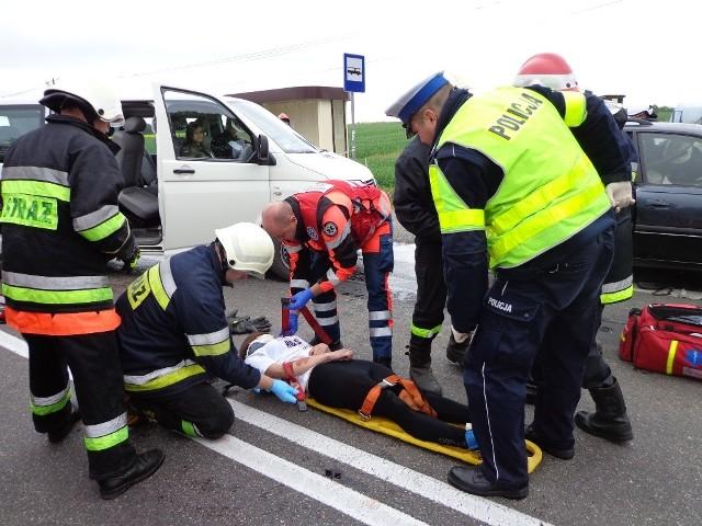 """Na krajowa """"15"""" w Karczewie ćwiczyli dzisiaj strażacy, policjanci i ratownicy"""