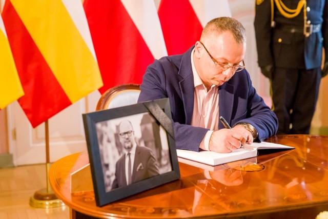 Mieszkańcy Białegostoku wpisywali się do księgi kondolencyjnej.