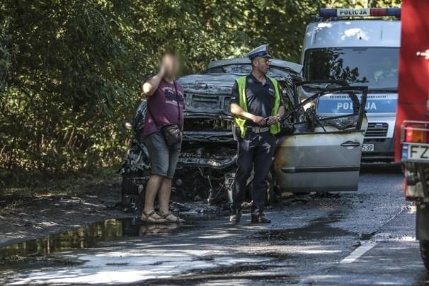 Do pożaru renault doszło w sobotę, 7 lipca na ul. Łużyckiej. Samochód zapalił się w czasie jazdy. Na szczęście nikomu nic się nie stało.Kierowca renault jechał z Wilkanowa. Na ul. Łużyckiej nagle auto zapaliło się. Kierowcy na szczęście udało się w porę wysiąść.Na miejsce przyjechały dwa wozy zielonogórskiej straży pożarnej. Policjanci z drogówki zamknęli drogę na czas gaszenia samochodu. Strażacy szybko opanowali sytuację. Ogień jednak doszczętnie zniszczył samochód.Droga jest już przejezdna. Zobacz też: SKRAJNA GŁUPOTA, KTÓRA MOŻE PROWADZIĆ DO ŚMIERCI. NIEKTÓRZY KIEROWCY PO S3 JEŻDŻĄ POD PRĄD!