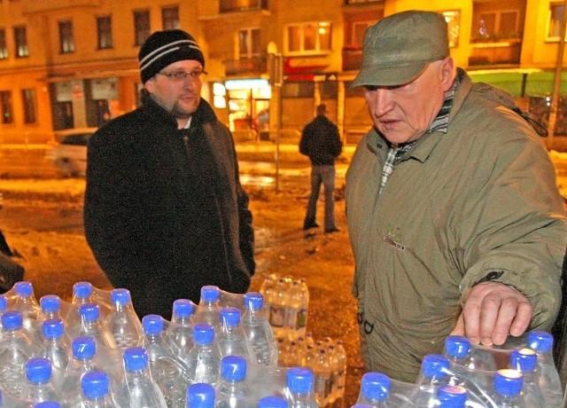 Awarii pełno, wody słabej jakości w kranach też. Miasto rozdaje wodę w butelkach.