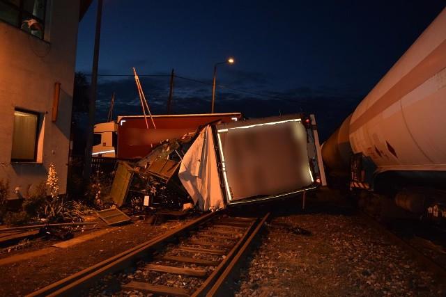 """Do zdarzenia doszło w nocy 19 czerwca, na przejeździe kolejowym między Połupinem a Krosnem Odrzańskim. W przyczepę jadącego w stronę Krosna Odrzańskiego samochodu ciężarowego, uderzyła lokomotywa jadącego w stronę Gubina pociągu towarowego przewożącego gaz.Do zdarzenia doszło około godz. 2.00 w nocy w Połupinie. Kierowca ciężarówki jechał w kierunku Krosna Odrzańskiego. Wjechał na przejazd kolejowy. – Szlabany były podniesione – mówi asp. szt. Justyna Kulka, rzeczniczka policji w Krośnie Odrzańskim. Kiedy ciężarówka zjeżdżała pociąg przewożący gaz uderzył w jej naczepę. W wyniku zderzenia na szczęście nikt nie odniósł obrażeń, obaj kierujący trzeźwi. Nie doszło do również rozszczelnienia cysterny i wycieku gazu.Dojazd do Krosna Odrzańskiego możliwy jest drogą z kierunku Gubina. Utrudnienia mogą potrwać do godz. 12.00Zobacz też: Spowodował kolizję, uciekał kradzionym samochodem. Został zatrzymany<script class=""""XlinkEmbedScript"""" data-width=""""640"""" data-height=""""360"""" data-url=""""//get.x-link.pl/5504f736-c2fa-4f98-c9c2-7aa287dcca52,ef76564f-b20b-c36a-33fb-ff2c1a858fb4,embed.html"""" type=""""application/javascript"""" src=""""//prodxnews1blob.blob.core.windows.net/cdn/js/xlink-i.js?v1""""></script>"""