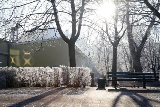 """""""Kwiecień plecień, bo przeplata..."""" sprawdza się idealnie. W wielkanocną niedzielę mieliśmy piękne słońce i przyjemne ciepło za oknami, a już dziś wydano ostrzeżenie o przymrozkach. Co więcej, w skali Polski obowiązują ostrzeżenia przed: opadami śniegu, burzami z gradem, silnym wiatrem i właśnie wspomnianymi przymrozkami - zależnie od województwa.SPRAWDŹ SZCZEGÓŁY NA KOLEJNYM SLAJDZIE. PORUSZAJ SIĘ PO GALERII PRZY POMOCY STRZAŁEK LUB GESTÓW NA TELEFONIE KOMÓRKOWYM."""