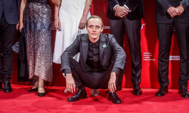 """Bartosz Bielenia przygodę z teatrem zaczynał jako siedmiolatek. Ukończył VI Liceum Ogólnokształcące w Białymstoku i krakowską Akademię Sztuk Teatralnych. Zagrał główną rolę - fałszywego księdza - w filmie """"Boże Ciało"""". Obraz Jana Komasy został nominowany do Oskara 2020 w kategorii """"Najlepszy film nieanglojęzyczny"""", a Bartosz Bielenia jest kolejnym rodowitym białostoczaninem z szansą na cieszenie się ze statuetki. We wtorek otrzymał paszport """"Polityki""""."""
